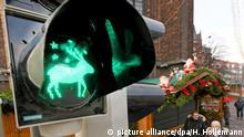 28.11.2018, Niedersachsen, Hannover: Eine Ampel mit einem Renntier bei Grünlicht steht an einer Straße zum Weihnachtsmarkt in der niedersächsischen Landeshauptstadt. Foto: Holger Hollemann/dpa +++ dpa-Bildfunk +++ | Verwendung weltweit