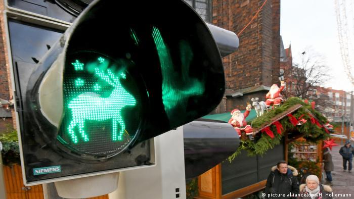 Weihnachten International l Deutschland - Ampel mit einem Renntier bei Grünlicht (picture alliance/dpa/H. Hollemann)