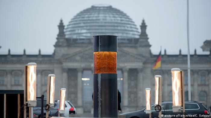 An art installation by the Center for Political Beauty that allegedly contains the ashes of Holocaust victims, set up outside the German parliament in Berlin (picture-alliance/dpa/C. Gateau)