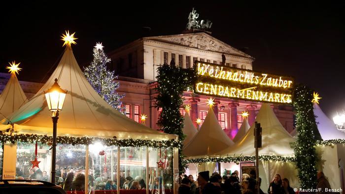 Entrada do mercado natalino Gendarmenmarkt em Berlim