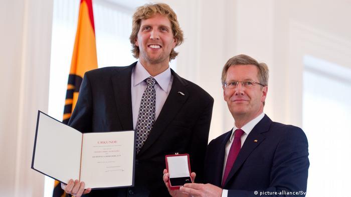 Deutschland l Ehemaliger Bundespräsident Wulff übergibt Silbernes Lorbeerblatt für Dirk Nowitzki, 2011 (picture-alliance/Sven Simon/A. Hilse)