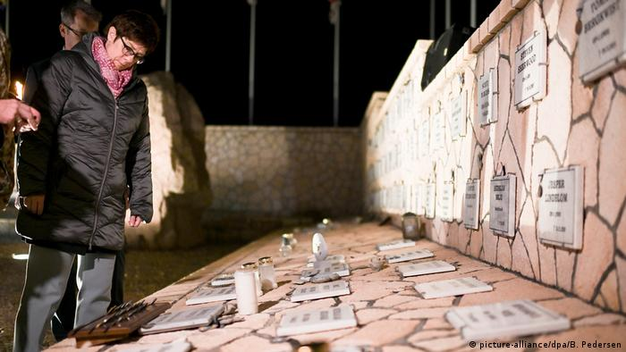 Annegret Kramp-Karrenbauer views memorial to fallen soldiers in Afghanistan (picture-alliance/dpa/B. Pedersen)