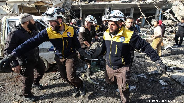White helmets and locals conduct a rescue operation in Idlib. Izzedin Idlibi / Anadolu Agency