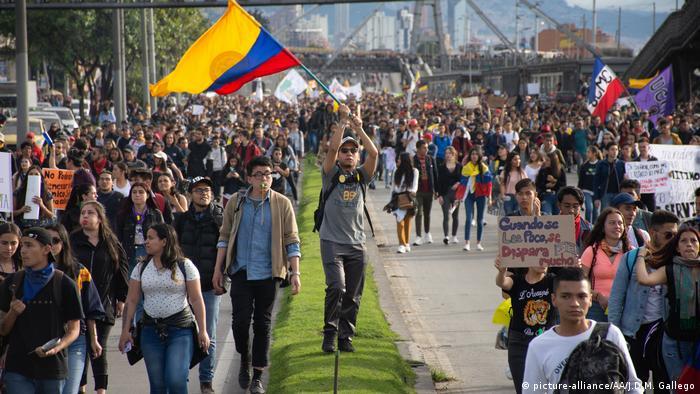 Marcha durante el Paro Nacional del 27 de noviembre de 2019 en Bogotá.