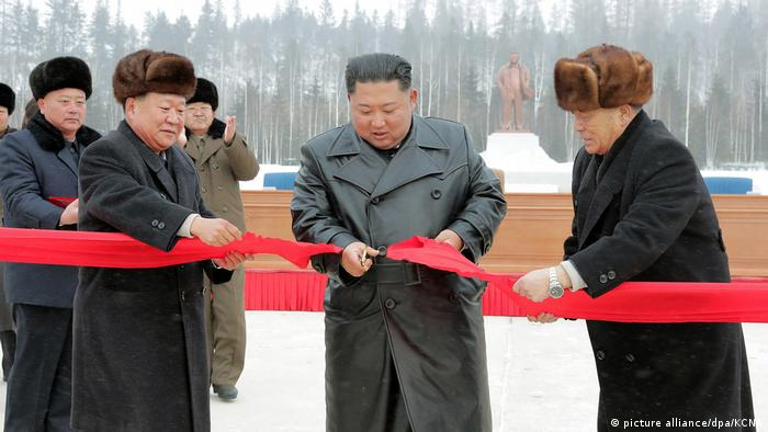 Nordkorea Propaganda l Eröffnung der Musterstadt Samjiyo mit Kim Jong Un