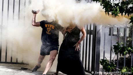 Hiljade ljudi u Čileu već nedjeljama protestuju protiv politike predsjednika Sebastijana Pinjere. Pošto ne mogu da prodru do dobro čuvanih dijelova elitnog kvarta Santjago de Čilea u kojem živi Pinjera, demonstranti svoj bijes iskazuju bacanjem dimnih bombi.