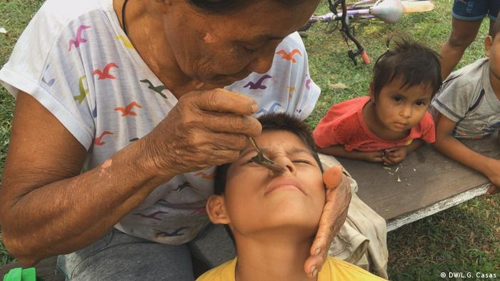 Remedio para la gripe y para cuando uno es haragán con una planta deshecha, cuyo extracto introducen por la nariz con cuchara.