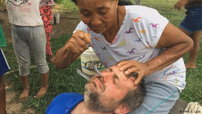 Luis García Casas, periodista de DW, se somete a una tratamiento contra la gripe y la haraganería, a manos de una mujer de Santa Clara de Uchunya, Perú.