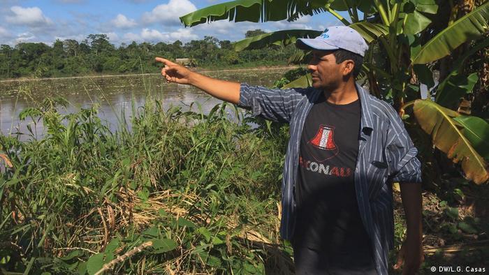 Iván Flores nos indica en qué lado del río se encuentra la zona deforestada por la empresa de aceite de palma.