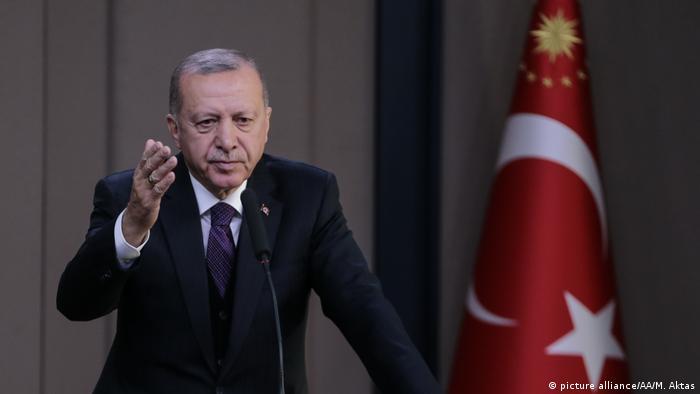 Türkei l Präsident Recep Tayyip Erdogan spricht vor seiner Abreise zu den NATO-Führungskräften (picture alliance/AA/M. Aktas)