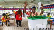 23.11.2019, Papua-Neuguinea, Buka: Ein Mann bei der Stimmabgabe beim Referendum über die Unabhängigkeit von Bougainville. Auf der Pazifikinsel Bougainville, einem ehemaligen deutschen Kolonialgebiet, stimmen die Bewohner seit Samstag über ihre Unabhängigkeit ab. Die Insel gehört derzeit als autonome Provinz zu Papua-Neuguinea. Foto: Post Courier/Post Courier/dpa +++ dpa-Bildfunk +++ |