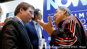 COP25   Indigener Vertreter reicht Verteidigungsbrief des Amazonas-Regenwaldes an den Bürgermeister von Madrid Jose Luis Martinez-Almeida ein