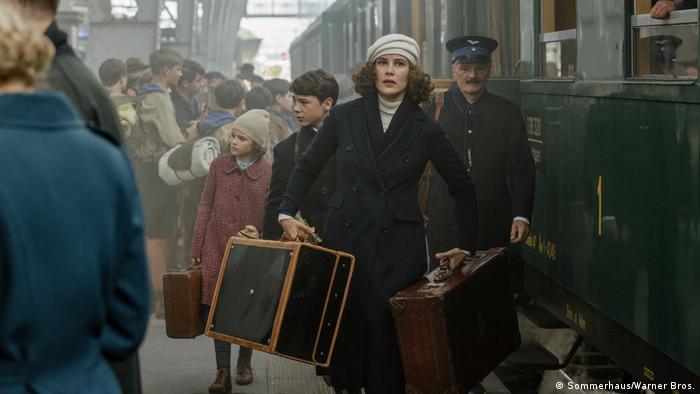 Filmstill von Als Hitler das rosa Kaninchen stahl (Sommerhaus/Warner Bros.)