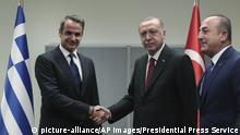 25.09.2019 *** Turkey's President Recep Tayyip Erdogan, centre right, shakes hands with Greece's Prime Minister Kyriakos Mitsotakis, centre, left, prior to their meeting on the sidelines of the 74th session of the United Nations General Assembly at U.N. headquarters, Wednesday, Sept. 25, 2019. (Presidential Press Service via AP, Pool) |
