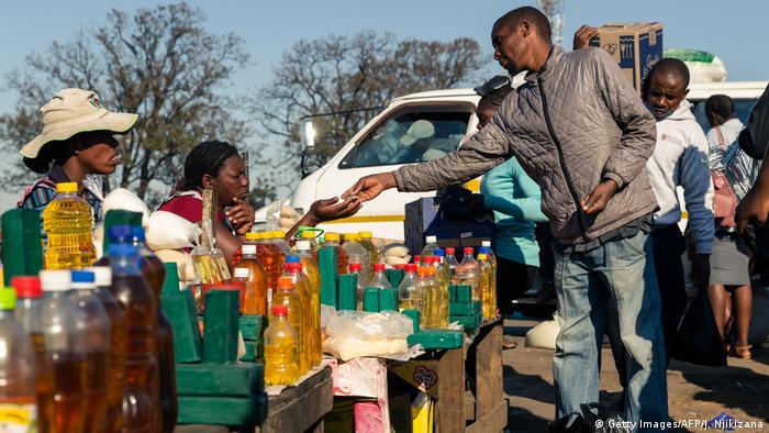 Simbabwe Markt in Harare   Verkauf von Lebensmittel-Öl