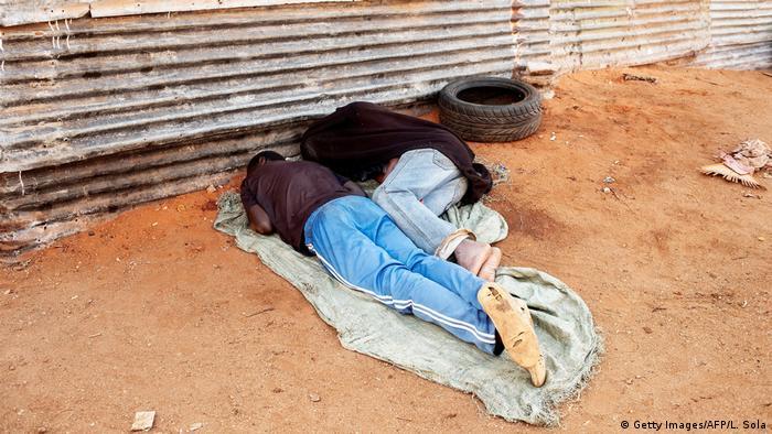 Simbabwe Flüchtlingszentrum Musina   schlafende Obdachlose