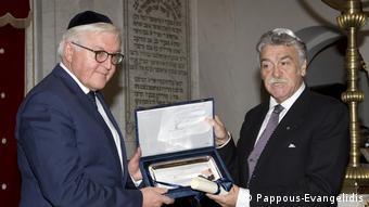 Φρανκ-Βάλτερ Σταϊνμάγερ και Δαυίδ Σαλτιέλ στη Συναγωγή Μοναστηριωτών κατά την τελετή ανακήρυξης σε επίτιμο μέλος της εβραϊκής κοινότητας