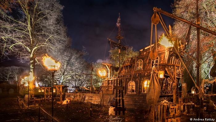 Pirate ship replica in Fredenbaumpark in Dortmund as part of the Medieval Christmas market (Andrea Rattay)