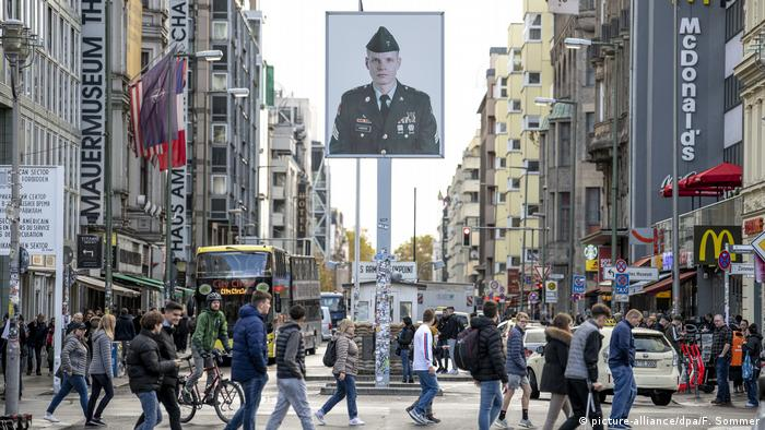 Checkpoint Charlie (picture-alliance/dpa/F. Sommer)