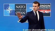 04.12.2019, Großbritannien, Watford: Der französische Präsident Emmanuel Macron kommt zum Treffen der Führungskräfte der Nato. Bei dem Treffen der Staats- und Regierungschefs soll das 70-jährige Bestehen des Militärbündnisses gefeiert werden. Foto: Matt Dunham/AP/dpa +++ dpa-Bildfunk +++
