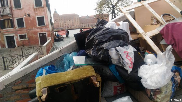 Depois da inundação, móveis e colchões vão parar sobre as calçadas