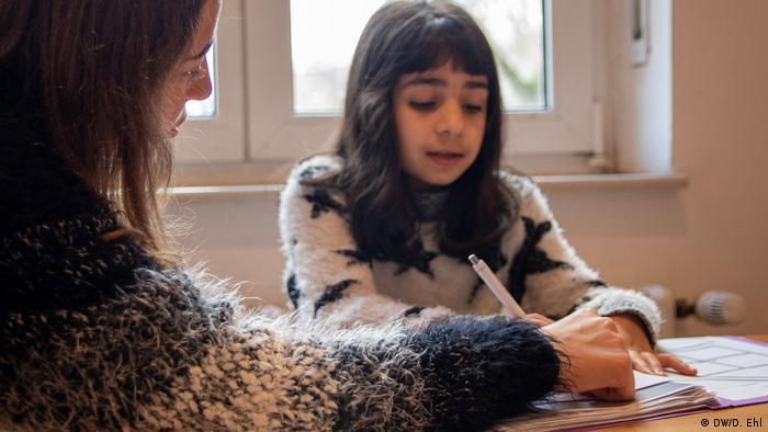 Mala Azrin uči sa svojom mentoricom