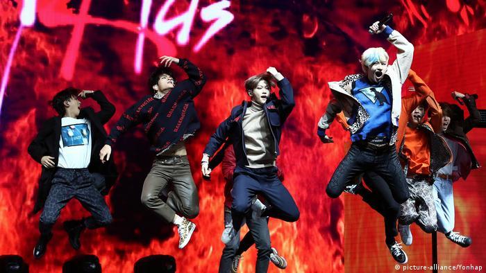 Die K-Pop Band Stray Kids tanzt bei einem Konzert im März 2019 in Seoul auf der Bühne. (picture-alliance/Yonhap)