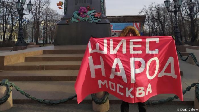 Участник одиночного пикета в Москве, протестующий против авывоза мусора из столицы в Шиес