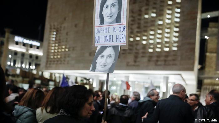 Demonstranten mit einem Bild Galizias und der Schrift Daphne is our national hero
