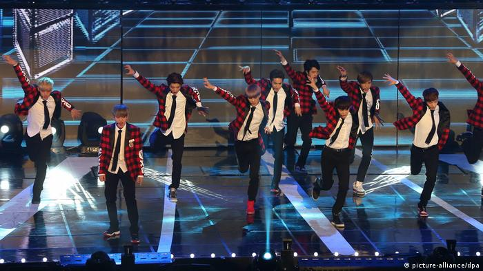 EXO treten bei den Seoul Music Awards auf. (picture-alliance/dpa)