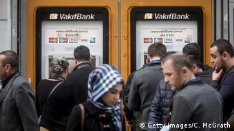 Συχνά πολλοί δεν μπορούν να πάρουν από την τράπεζα ούτε καν χρήματα που τους στέλνουν από το εξωτερικό