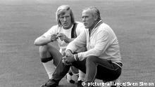 Guenter NETZER (links), Deutschland, Fussball, hier im Trikot von Borussia Moenchengladbach, mit Trainer Hennes WEISWEILER, 25.07.1971. | Verwendung weltweit