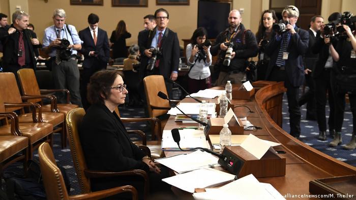 Foto de Pamela S. Karlan mientras brinda su testimonio ante el Congreso.