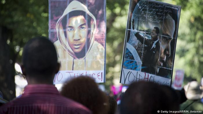 Foto de pancarta con la cara de Trayvon Martin junto a otra con la de Martin Luther King.