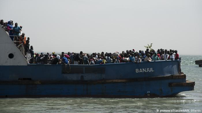 Gambians inside a crowded ferry. (picture-alliance/AA/X. Olleros)