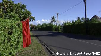 A red flag displayed outside a house in Samoa (picture-alliance/AP Photo/TVNZ)