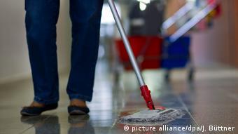 Deutschland l Arbeit schützt vor Armut nicht - Reinigungskraft (picture alliance/dpa/J. Büttner)