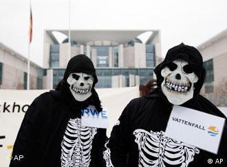 مخالفان ادامه فعالیت نیروگاههای اتمی، مقابل دفتر صدراعظم آلمان