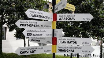Deutschland 2006 | Wegweiser vor dem Auswärtigen Amt (Imago Images/M. Popow)
