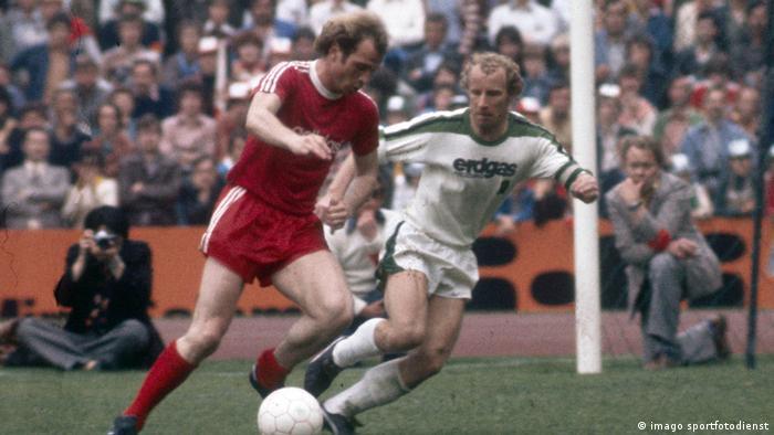 Borussia Mönchengladbach vs. Bayern München,1977: Bayern's Uli Hoeness defends the ball from Gladbach's Berti Vogts.