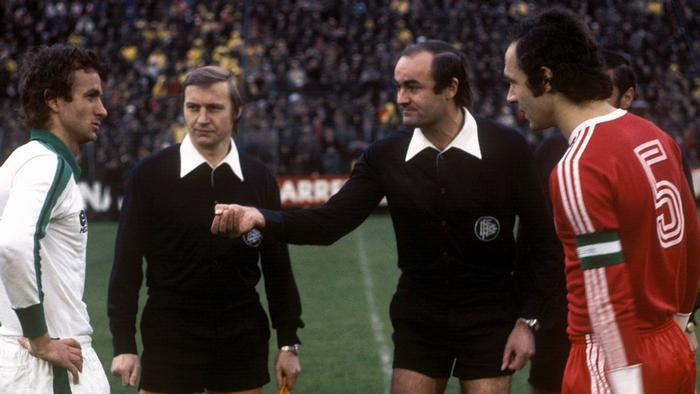 Borussia Mönchengladbach vs. Bayern München, 1976: Bayern captain Franz Beckenbauer and Gladbach's Rainer Bonhof contest the coin toss before kick off. (Copyright: imago/Werner Otto)