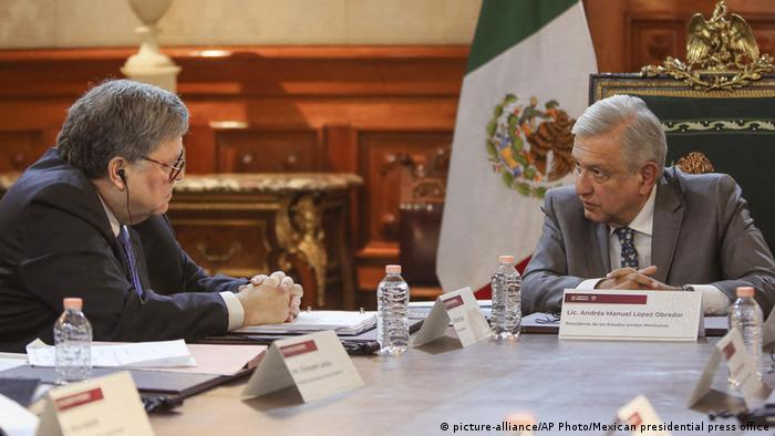 Mexiko USA William Barr und Andres Manuel Lopez Obrador (picture-alliance/AP Photo/Mexican presidential press office)