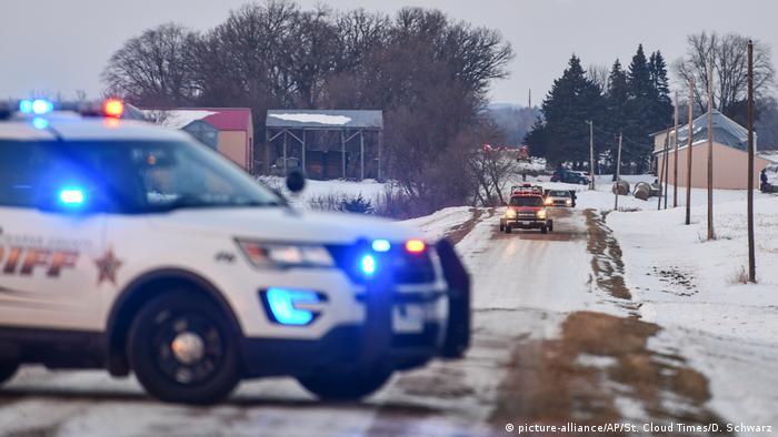 Полицейские машины вблизи места крушения военного вертолета в штате Миннесота, США 5 декабря 2019 года