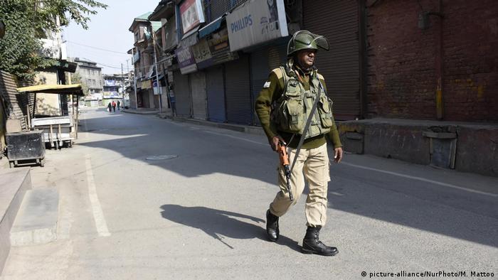 Indien Polizei Polizist mit Waffe (picture-alliance/NurPhoto/M. Mattoo)