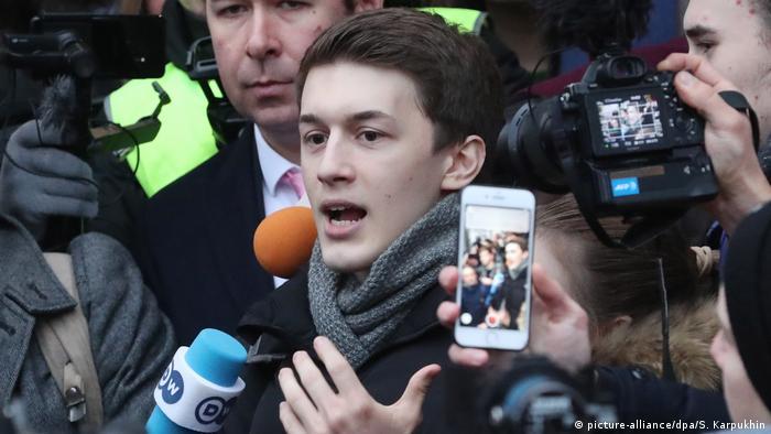 Егор Жуков возле здания суда после оглашения приговора