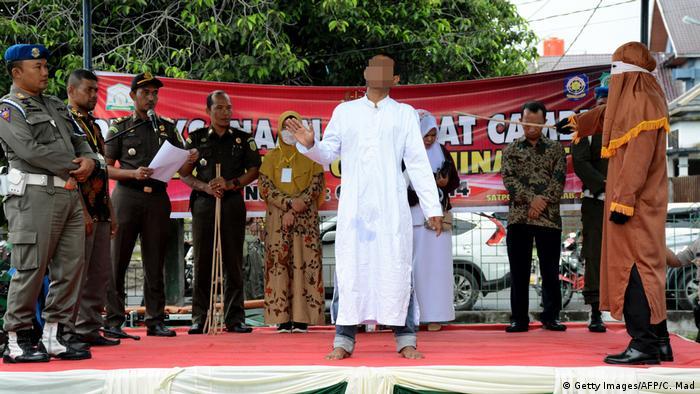 Indonesien Aceh Timur | Mann wird wegen vorehelichen Sex ausgepeitscht