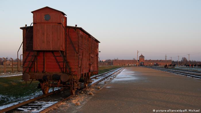 عربة قطار قديمة تم نقل اليهود بمثلها إلى معسكر الاعتقال السابق في أوشفيتس