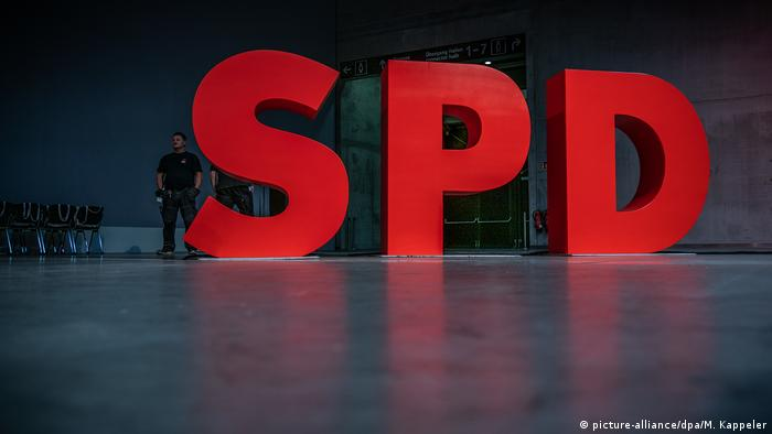 The Social Democrats logo at the annual party conference in Berlin (picture-alliance/dpa/M. Kappeler)