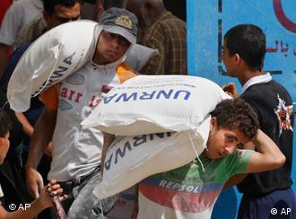 Palästinenser transportieren Hilfsgüter ab(Foto: AP)
