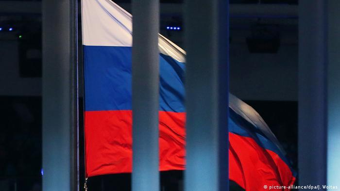 Флаг России на открытии Паралимпийских игр на стадионе Фишт в Сочи